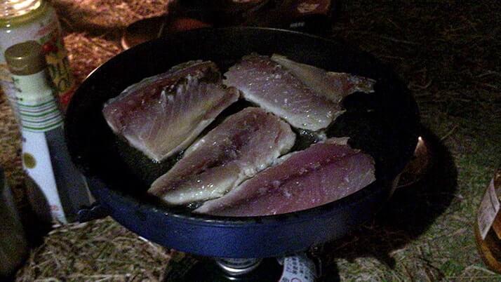サバ干物をガーリックバター醤油ソテーにして釣りメシ!|神津島釣りキャンプ