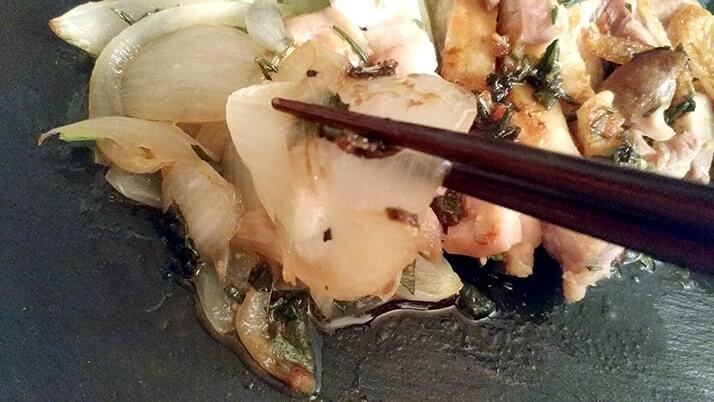 鶏もも肉のハーブ漬けソテー!セージ・ミント・ローズマリーの香りがGOOD