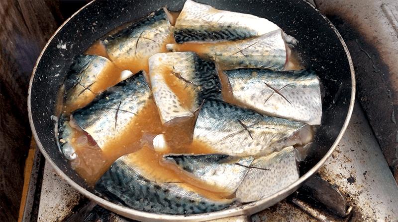 サバの味噌煮と竜田揚げ!鯖づくし釣りキャンプ飯だ!!|新島釣りキャンプ第二弾【DAY5 ランチ】